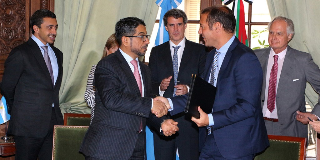 Omar Gutiérrez y el director del Fondo de Abu Dhabi para el Desarrollo, firmaron acuerdo para construir proyecto hidroeléctrico Nahueve