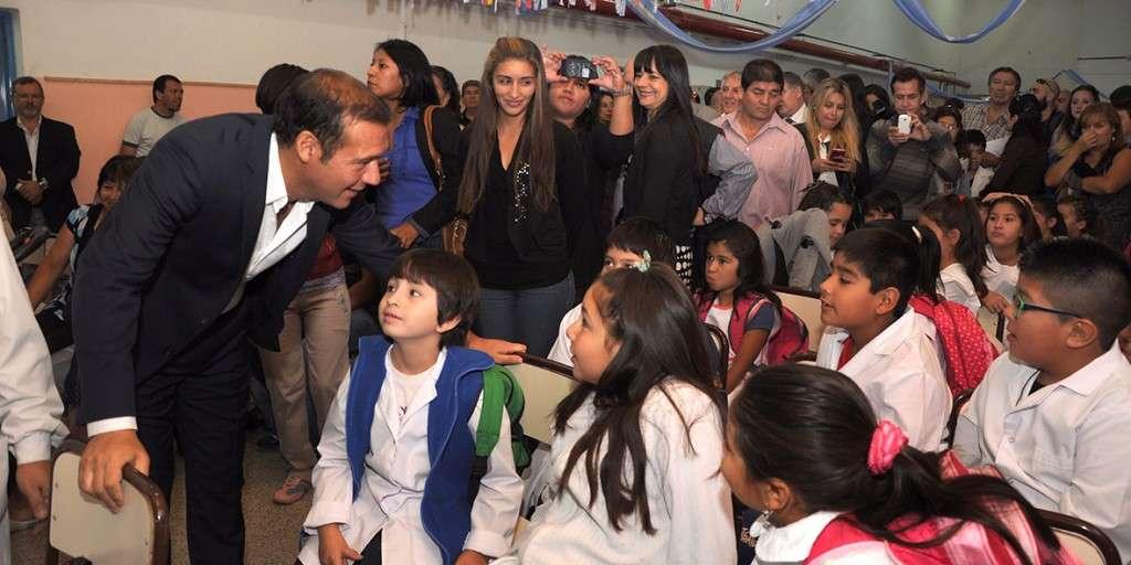 El gobernador conversó con los alumnos de la escuela primaria
