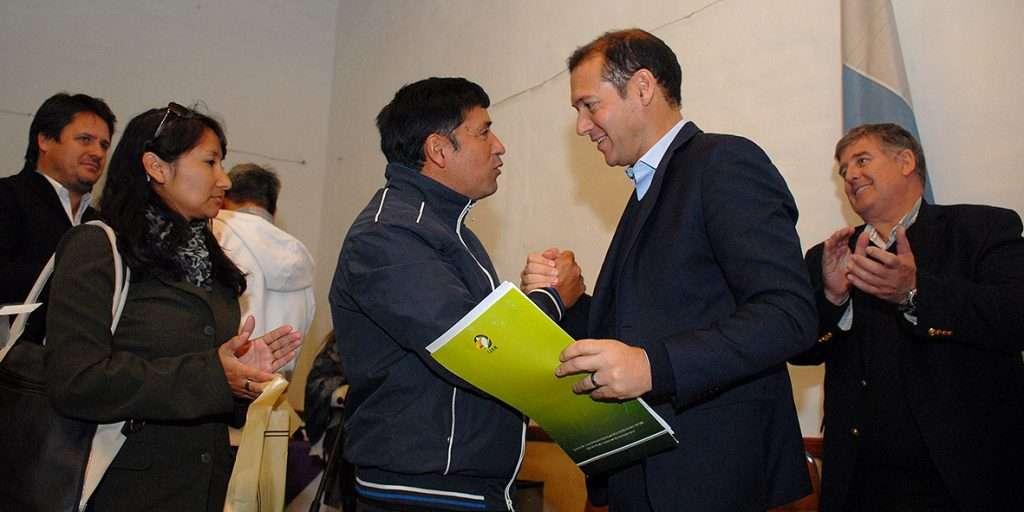 Gobernador Omar Gutiérrez entregó aporte club barrio Don Bosco.