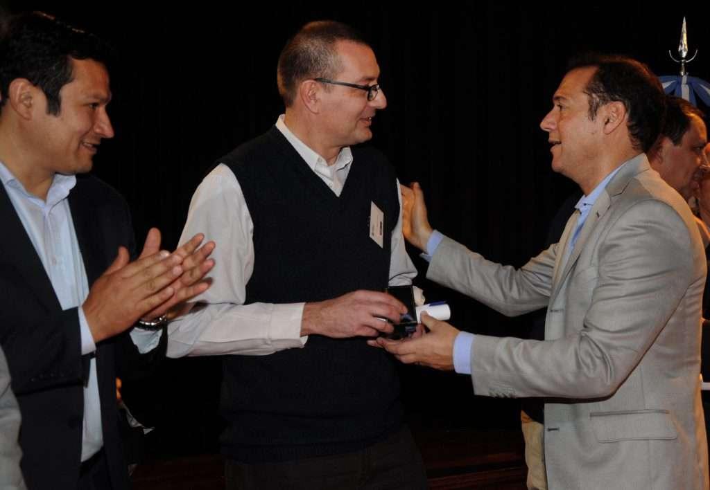 Omar Gutiérrez entrega medallas y diplomas a empleados del  EPEN
