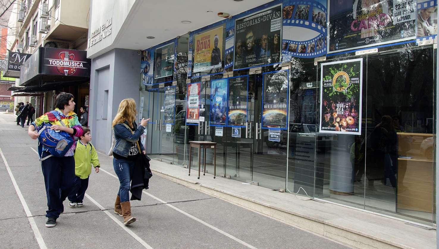El cine teatro espa ol present su cartelera de estrenos a for Cines arenys precios