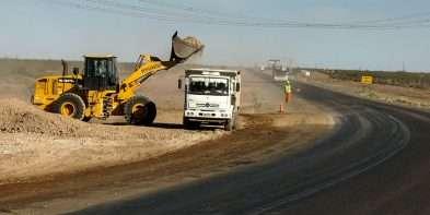 Avanzan la repavimentación y bacheo de la ruta a Mari Menuco