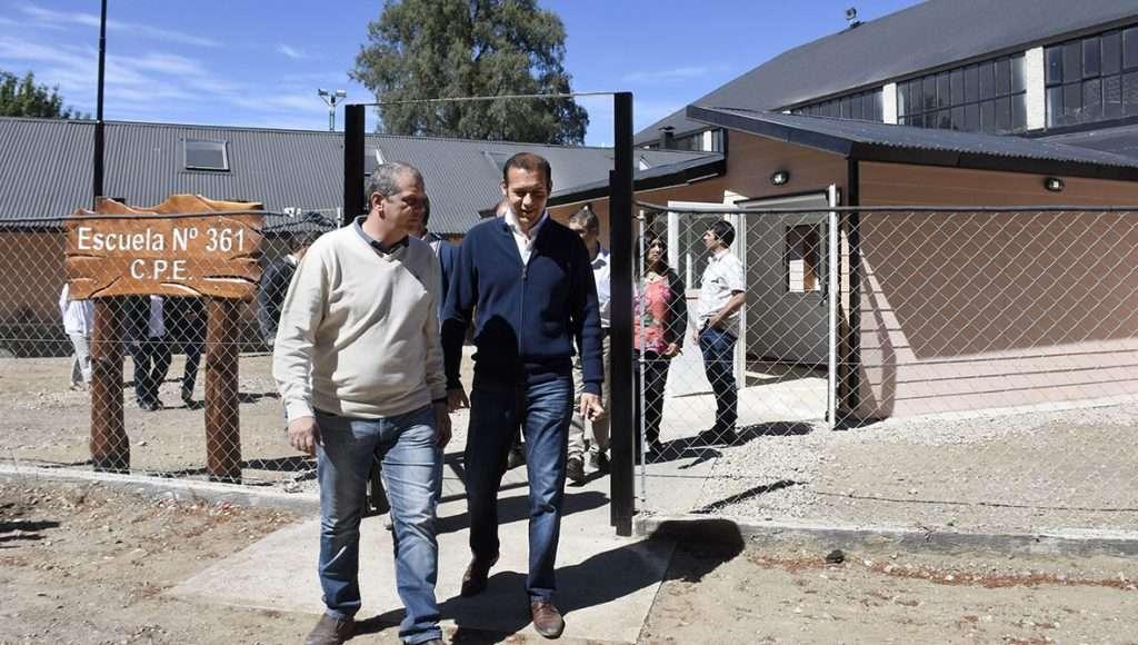 Junto al intendente, el gobernador recorrió las nuevas instalaciones de la escuela primaria 361 -cuya construcción se finalizó el año pasado-.
