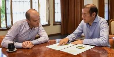 Gutiérrez entregó aportes para obras al intendente de Centenario